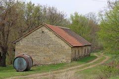 Oud groot vat voor oud steenhuis stock afbeeldingen
