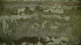 Oud grunge concreet plafond in het verlaten en vernietigde gebouw stock video