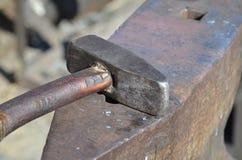 Oud hamer en aambeeld Stock Foto