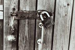 Oud hangslot op een houten deur Stock Foto