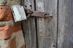 Oud hangslot op een houten deur royalty-vrije stock foto