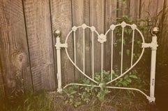 Oud hart-vormig wit smeedijzerhoofdeinde Stock Foto's
