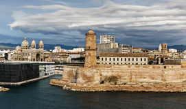 Oud haven en Fort Heilige Jean in Marseille, Frankrijk Stock Foto