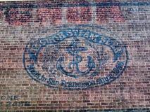 Oud het Bierembleem van de Ankerstoom op Rode Bakstenen muur Royalty-vrije Stock Fotografie