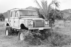 oud het wrakparkeren van de Landroverauto op landbouwbedrijf in Thailand royalty-vrije stock afbeeldingen