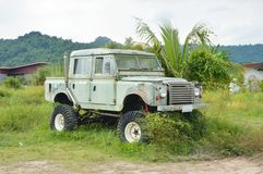 oud het wrakparkeren van de Landroverauto op landbouwbedrijf in Thailand royalty-vrije stock foto