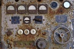 Oud historisch controlemechanisme van een machine met potentiometer stock foto