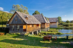 Oud historisch dorp op Gacka rivierbron stock foto's