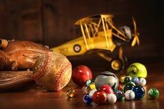 Oud honkbal en handschoen met antiek speelgoed Royalty-vrije Stock Foto