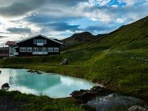 Oud hotel dichtbij meer ijsland royalty-vrije stock afbeelding