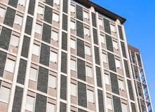 Oud hotel met veel vensters stock foto
