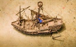 Oud houten bootmodel op de lijst royalty-vrije stock afbeeldingen
