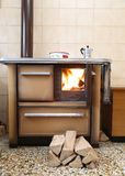 Oud houten-brandt fornuis in een keuken van een chalet royalty-vrije stock fotografie