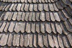 Oud houten dak met droge bladeren op het Royalty-vrije Stock Foto's