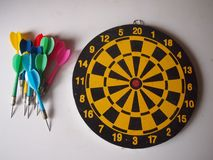Oud houten dartboard met pijltjes royalty-vrije stock foto's
