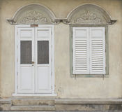 Oud houten deur en venster in Chinees-Portugese stijl bij oude stad Stock Afbeeldingen