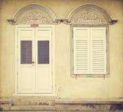 Oud houten deur en venster in Chinees-Portugese stijl bij oude stad; Songkhla Thailand (uitstekende stijl) Royalty-vrije Stock Foto's