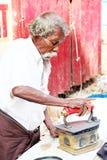 Oud houten die houtskoolijzer door woker in Chennai, India wordt gebruikt Royalty-vrije Stock Afbeeldingen