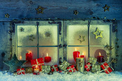 Oud houten die venster voor Kerstmis met rode kaarsen en p wordt verfraaid Stock Fotografie