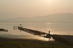 Oud houten dok op Dojran-Meer bij zonsondergang stock foto