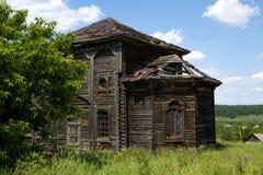 Oud houten geruïneerd huis stock afbeelding