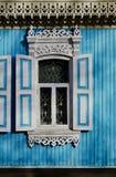 Oud houten gesneden venster met patronen bij de randen Royalty-vrije Stock Afbeelding