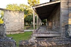 Oud houten huis en gebroken muur Royalty-vrije Stock Foto