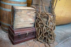 Oud houten krat op roestige metaalborst voor uitstekende decoratie royalty-vrije stock afbeeldingen