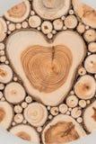 Oud houten liefdehart stock afbeeldingen