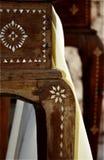 Oud houten meubilair met paarlemoeren decoratie royalty-vrije stock afbeelding
