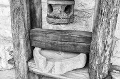 Oud houten mortier voor graangewassenclose-up Stock Foto