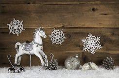 Oud houten paard op een achtergrond met sneeuw Nostalgische Kerstmis stock fotografie