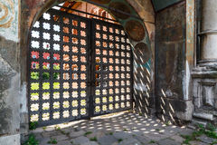 Oud houten rooster op de poorten Stock Fotografie