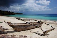 Oud houten schip op het strand in Zanzibar stock foto