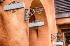 Oud houten teken op de kettingen royalty-vrije stock afbeeldingen