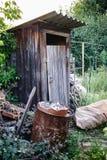 Oud houten toilet in dorp stock foto's