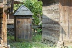 Oud houten traditioneel Roemeens toilet stock fotografie