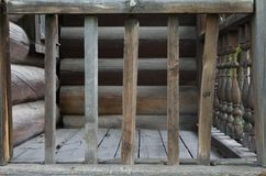 Oud houten traliewerk dichtbij het huis royalty-vrije stock foto's