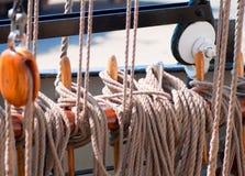 Oud houten van zeilbootkatrollen en kabels detail Royalty-vrije Stock Afbeelding
