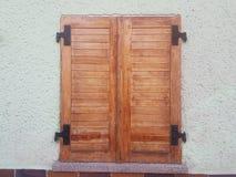 Oud houten venster op de straat stock foto