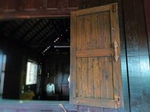 Oud houten venster Thailand in traditionele stijl royalty-vrije stock afbeeldingen