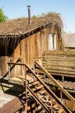 Oud houten verlaten huis buiten met treden Stock Foto