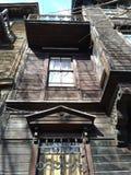 Oud houten verlaten huis dicht omhoog met vele decoratieve details stock afbeeldingen