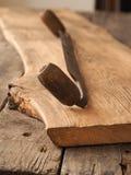 Oud houten vliegtuig op eiken plank royalty-vrije stock foto's