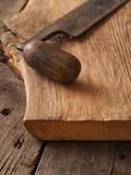 Oud houten vliegtuig op eiken plank stock afbeeldingen