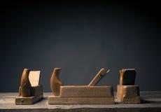 Oud houten vliegtuig op rustieke plank stock foto's