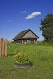 Oud houtschuurtje op groene grasweide Royalty-vrije Stock Afbeeldingen