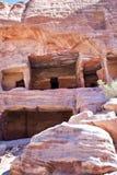 Oud huis dat in bergmuur wordt afgesneden in Petra royalty-vrije stock afbeeldingen
