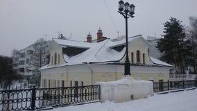 Oud huis in de stad van Yaroslavl, waar de traditie de liggende gewonde literaire Oorlog en vrede ` Leo Tols van heldenandrei bol Stock Foto