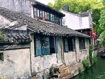 Oud huis door rivier Royalty-vrije Stock Afbeelding